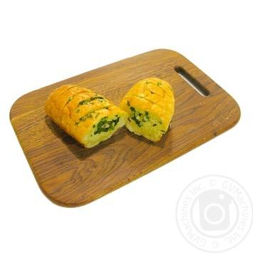 Багет с маслом и зеленым луком