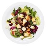 Салат с сыром бри, яблоком и орехами