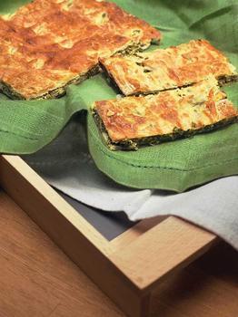 Пиріг зі шпинатом і зеленою цибулею