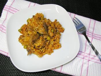 Нежная куриная печень с рисом и горошком