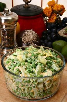 Салат из курицы с картофелем, зеленым горошком и орехами