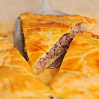 Картофельно-мясной пирог в сметанном тесте