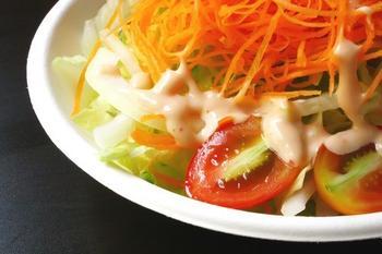Салат из рыбы с луком-пореем и морковным соусом
