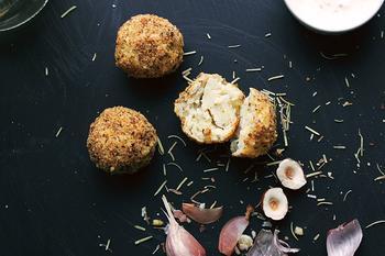 Картофельные шарики с розмарином и чесноком