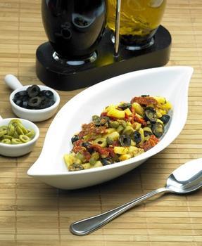 Легкий салат из картофеля, перцев и маслин