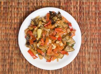 Запечені овочі з часником і пармезаном