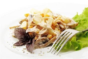 Салат из курицы с картофелем и ананасами