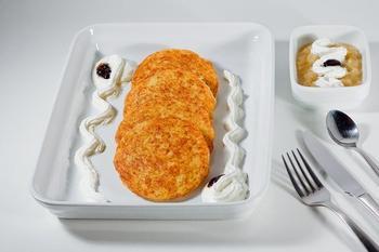 Сладкие картофельные оладьи с яблочным соусом