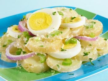 Картопляний салат із зеленню та вершковим соусом