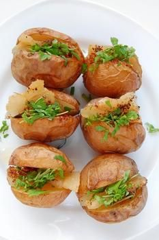 Печена картопля із салатом та беконом