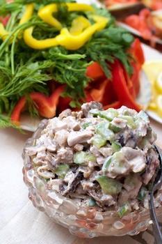 Салат из курицы с шампиньонами и солеными огурцами