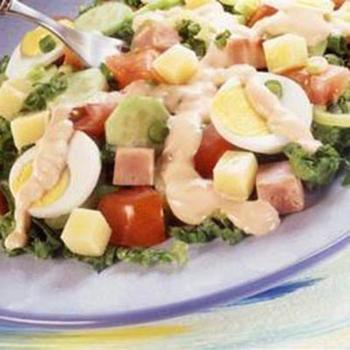 Салат з овочів, шинки і яєць