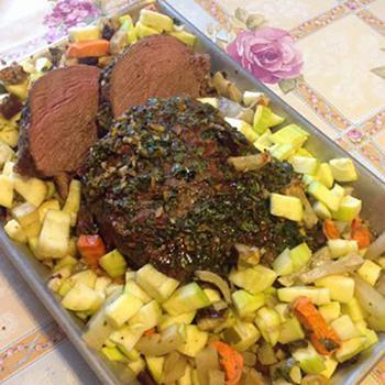 Запеченая говядина с лимонно-травяной корочкой и овощами