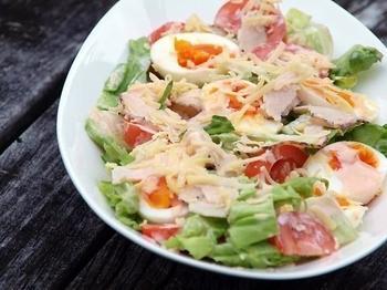Свіжий салат з куркою і яйцями