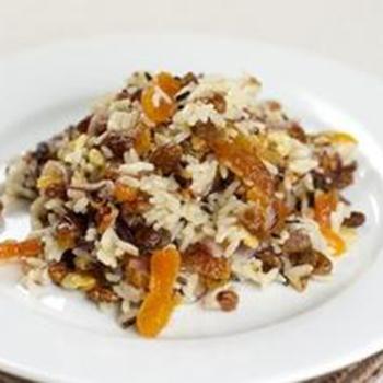 Теплый салат из дикого риса, кураги и фисташек