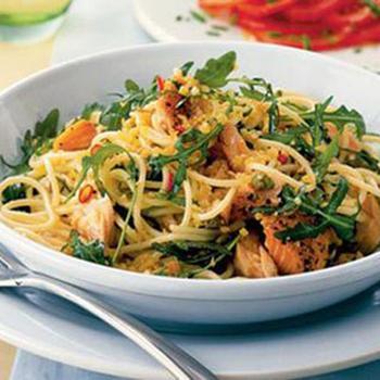 Спагетти с копченым лососем и каперсами