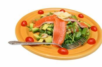Салат із креветок та лосося з авокадо і маслинами
