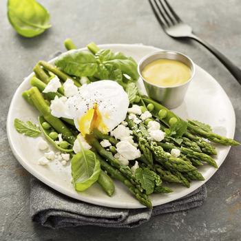 Салат со спаржи, горошка и яиц
