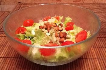 Легкий салат з чері і горіхами
