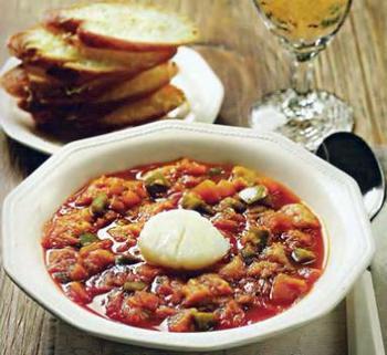 Іспанський томатний суп із часниковим хлібом