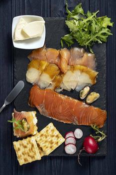 Сніданок з рибного асорті з мідіями