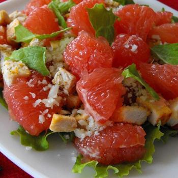 Салат из курицы с грейпфрутом, сельдереем и орехами