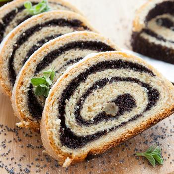 Пышный пирог с сочной маковой начинкой и изюмом