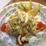 Салат морской с кальмарами и семгой