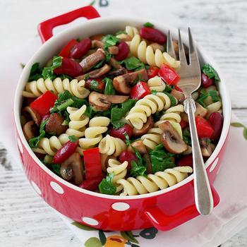 Теплий салат із пастою, шпинатом, грибами і квасолею