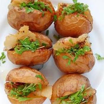 Печена картопля із салатом і прошуто