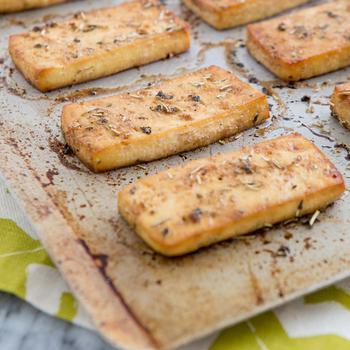 Запеченный тофу с красным перцем и розмарином