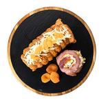 Рулет из свинины с беконом, сыром и курагой охлажденный