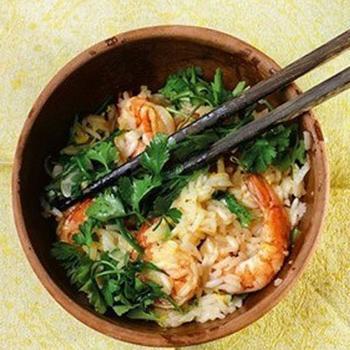 Сладкий рис с чесноком, креветками и рукколой