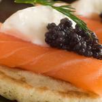 Гречані міні-млинці з копченим лососем та ікрою