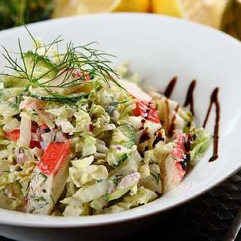 Салат з крабовими паличками, капустою і грибами