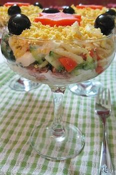Багатошаровий салат з тунцем і сиром
