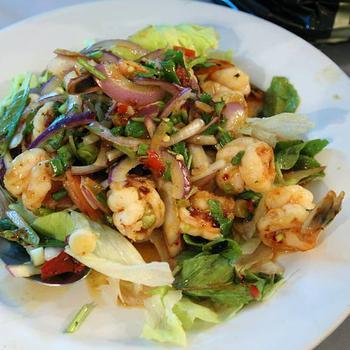 Тайский салат со свининой и креветками