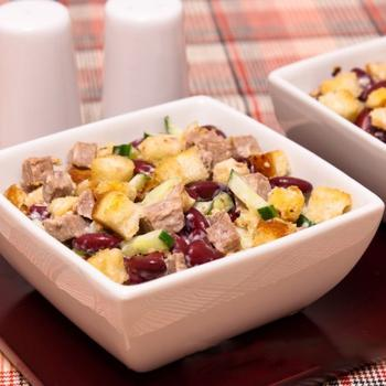 Салат с фасолью, говядиной и сухариками