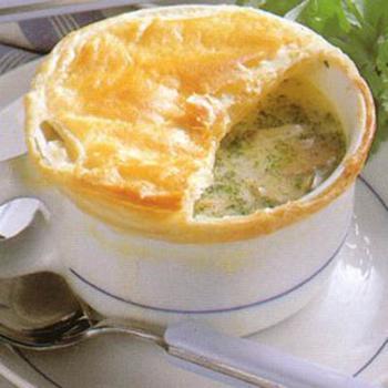 """Грибной суп под """"шапочкой"""" из слоеного теста (рецепт для СВЧ)"""