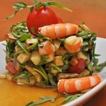 Салат из авокадо, креветок и яблока