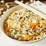 Теплый салат из риса, кураги и фисташек