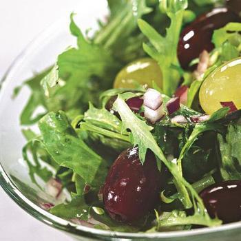 Салат из кальмаров с сыром фета и виноградом