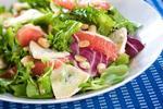 Салат с кедровыми орехами, сыром бри и шампанским