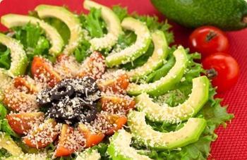 Салат з авокадо, помідорами, маслинами і пармезаном