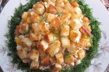 Салат із печінки тріски з грінками