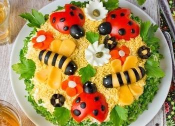 "Салат ""Сонечко"" з куркою і горіхами"