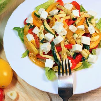 Салат из кукурузы, феты и помидоров черри