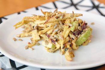 Салат із яблук із селерою і горіхами