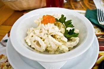 Салат з кальмарів з сиром і волоськими горіхами