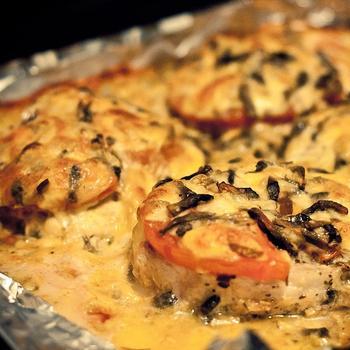 Запеченная острая свинина под помидорами, сыром и грибами